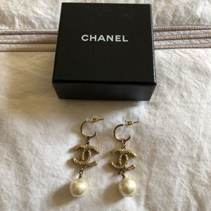 Chanel Gold and pearl drop earrings.